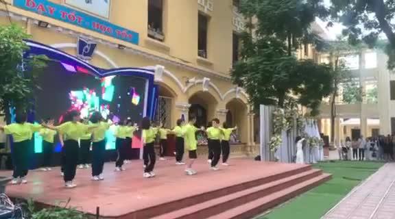 """Thầy cô trường THPT Phan Đình Phùng nhảy ca khúc """"người ở đừng về"""" của Đức Phúc."""