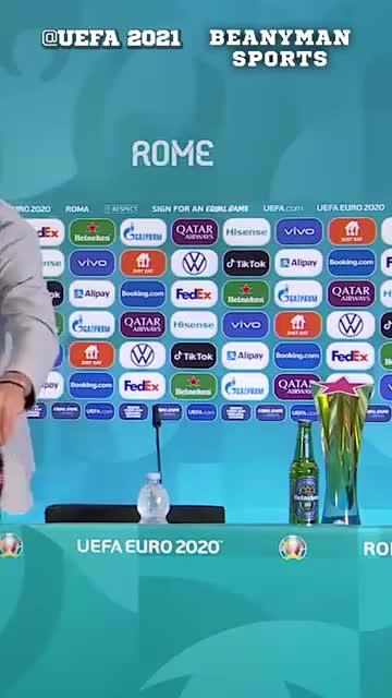 Manuel Locatelli cũng gạt bỏ 2 chai Coca-Cola ra khỏi bàn họp báo