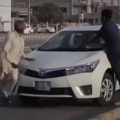 Pha rửa xe đầy tranh cãi của thanh niên đi đường
