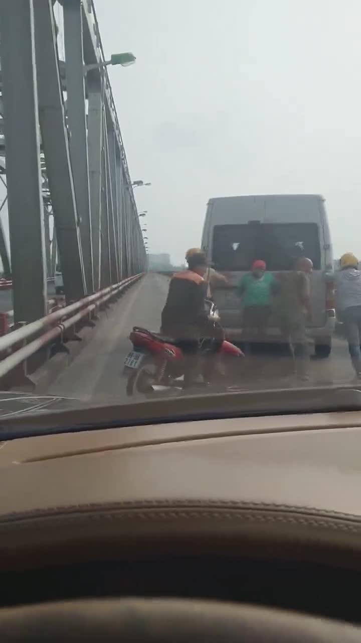Chiếc Ford Transit chết máy trên cầu, CSGT và người dân hò nhau đẩy