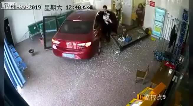 Chiếc xe mất lái đâm vào phòng chờ bệnh viện
