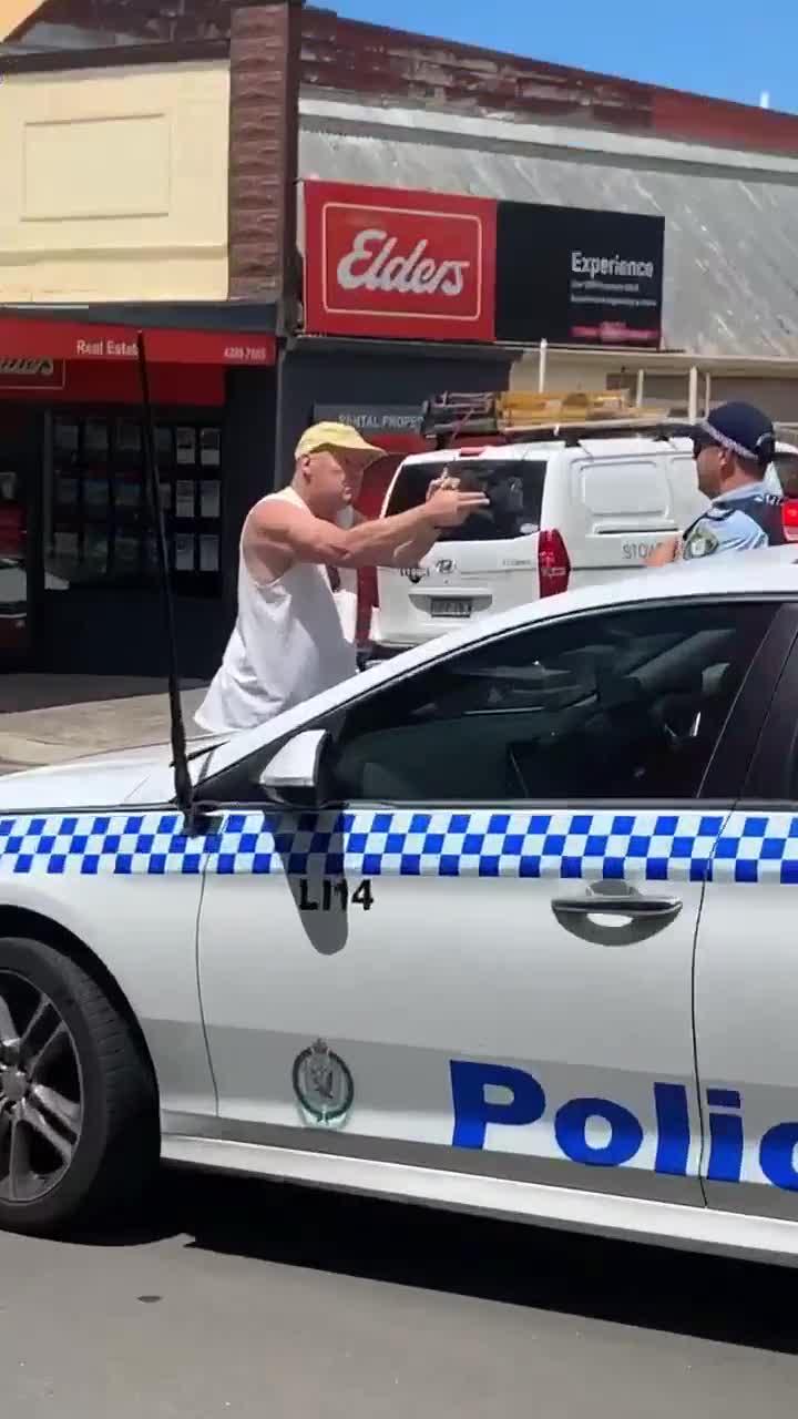 Người đàn ông cầm 'súng' giả bắn cảnh sát giao thông khi bị tra hỏi