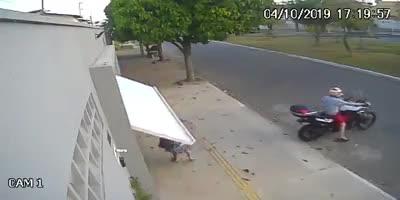 Đóng cửa bằng điều khiển từ xa, biker vô tình nhốt luôn người phụ nữ đi bộ vào garage