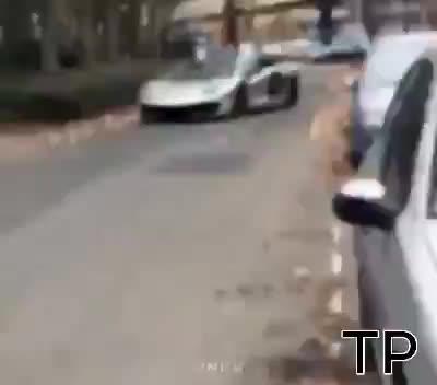 Pha bẻ cua trốn cảnh sát thần thánh của tài xế siêu xe Lamborghini