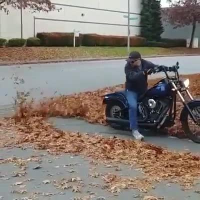 Xem biker thể hiện kỹ năng quét sân bằng ống xả phân khối lớn