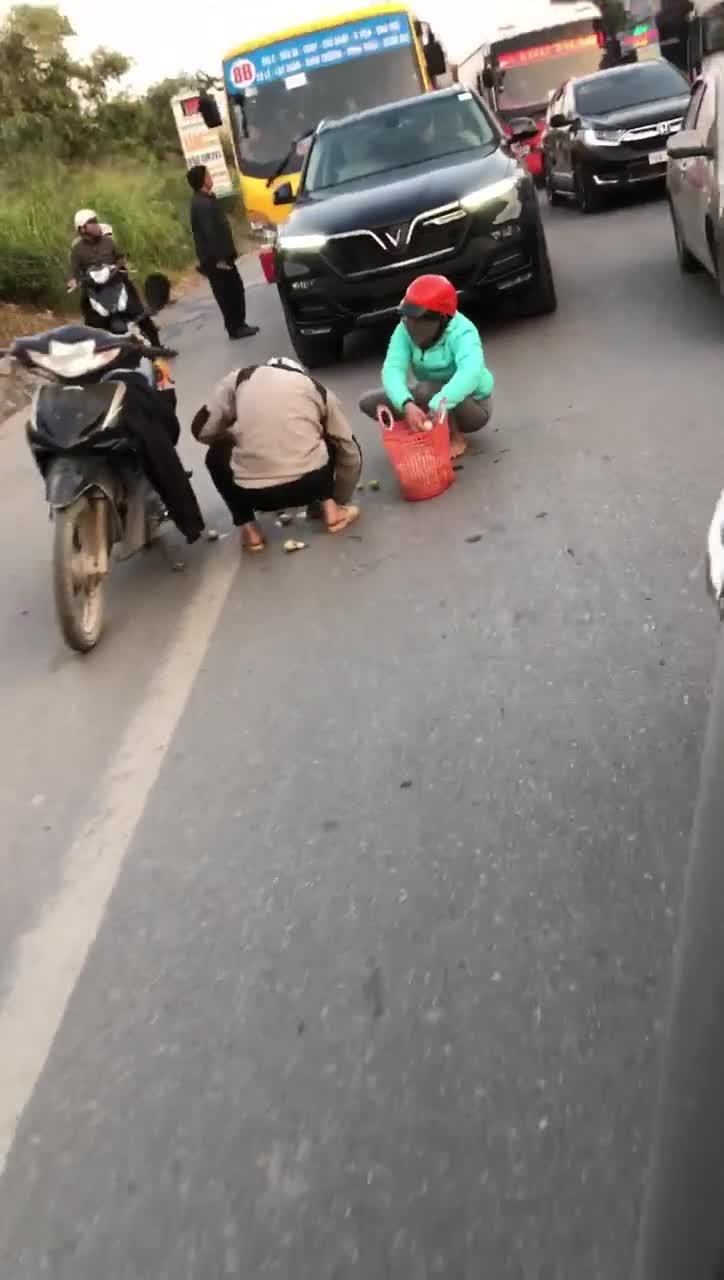 Chủ xe VinFast chặn đường để người phụ nữ gom trứng