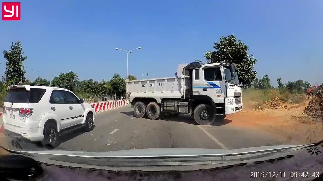 Xe tải đi ngược chiều và pha suýt nằm gầm của người phụ nữ đi xe máy