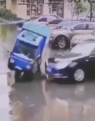 Tài xế xe ba gác tránh va chạm với ô tô một cách xuất thần