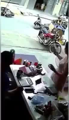Chiếc xe máy tự di chuyển dù không có người điều khiển