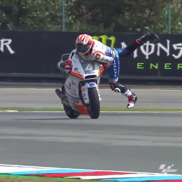 Pha cứu thua đẳng cấp của tay đua Moto GP trong khúc cua gắt