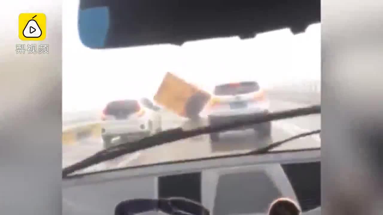 Xe ô tô chạy trong bão lớn sẽ như thế nào?