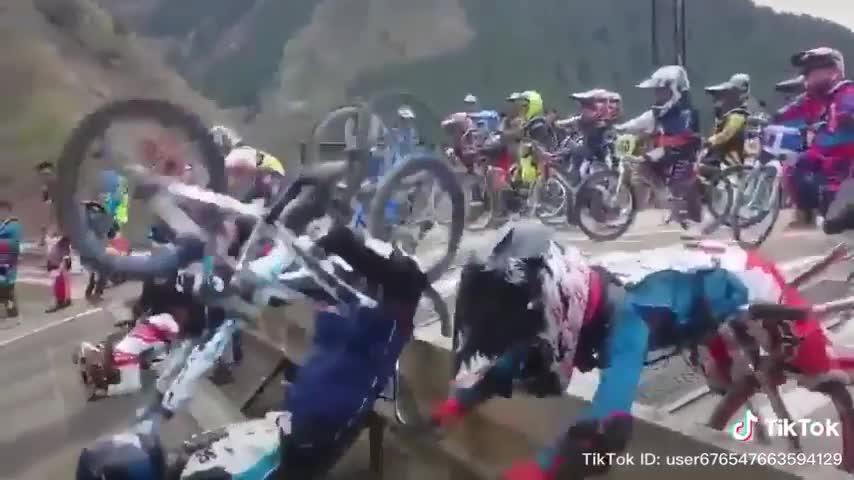 Pha lỗi kỹ thuật khiến các tay đua nhí ngã sấp mặt
