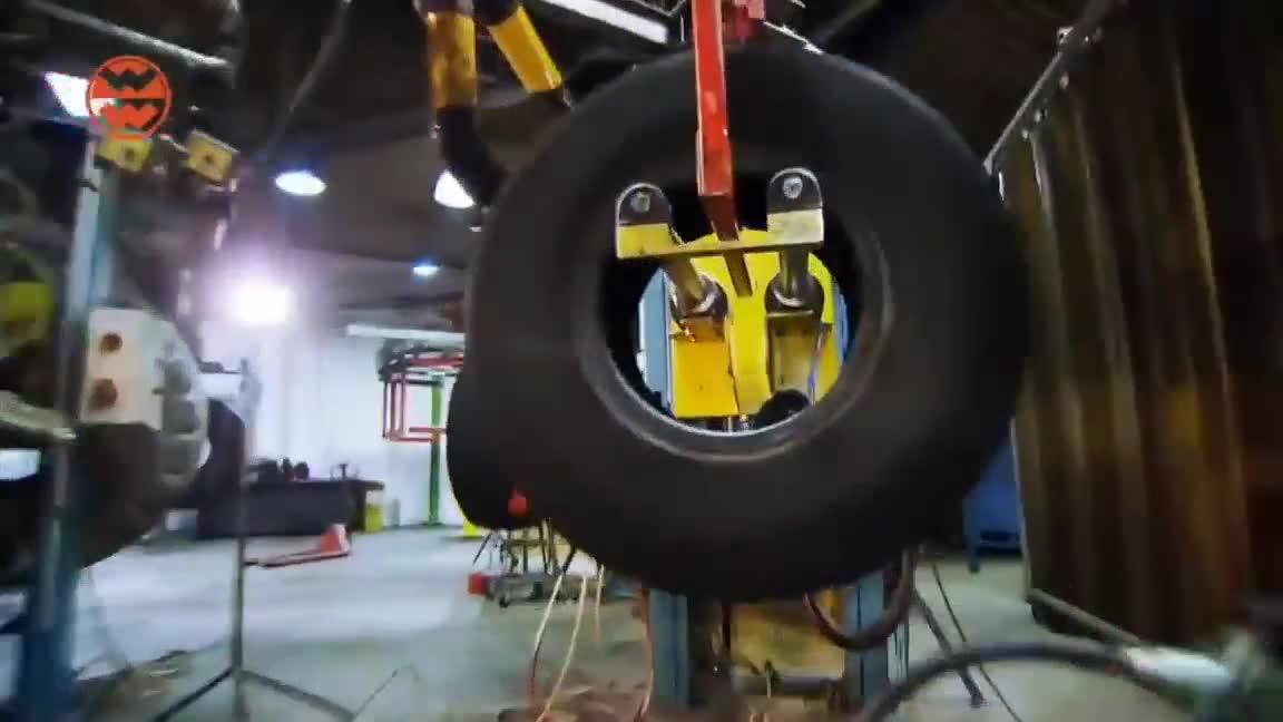"""Nhìn xem cách mà người ta tái chế những chiếc lốp """"khổng lồ"""""""