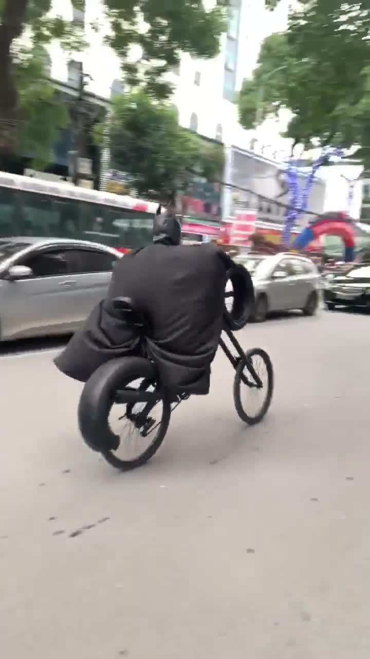 Batman đạp xe đón Tết ở Việt Nam