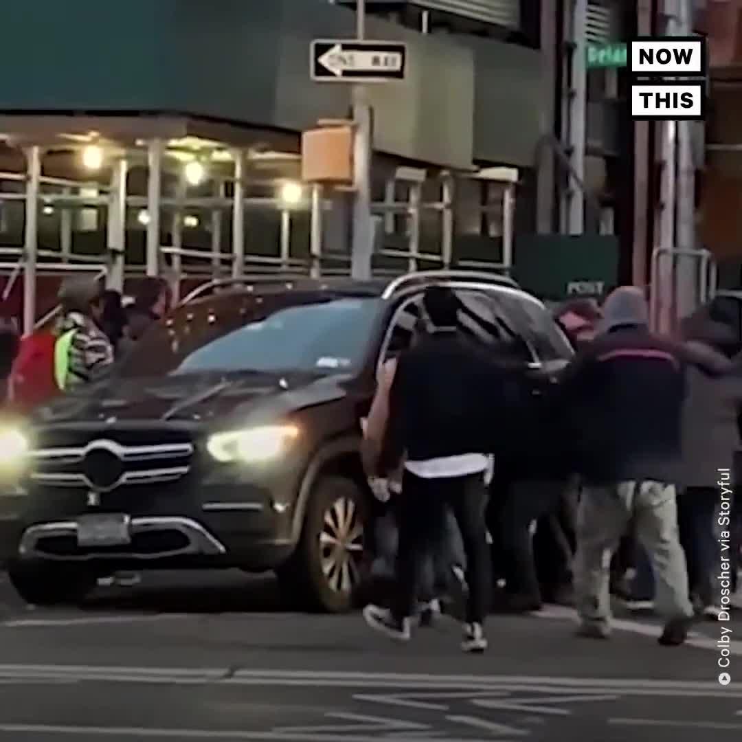 Đám đông nhấc bổng cả một chiếc Mercedes-Benz để cứu người phụ nữ sau tai nạn giao thông