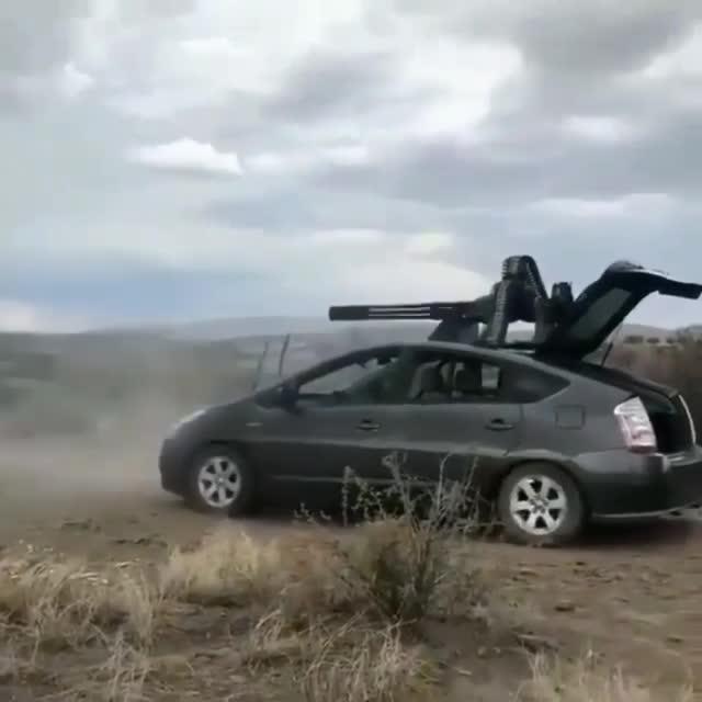 Trầm trồ với chiếc ô tô được trang bị súng máy tự động siêu khổng lồ