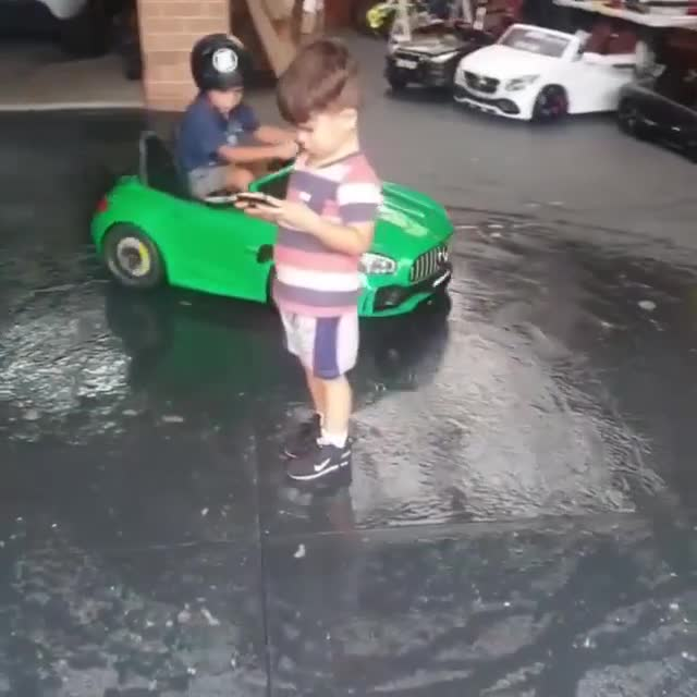 Cậu bé trổ tài drift xe chuyên nghiệp khiến người lớn cũng phải dè chừng