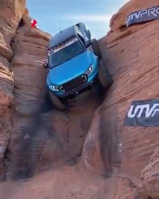 Ford Ranger leo dốc cao khiến bất cứ ai cũng phải hoảng hồn