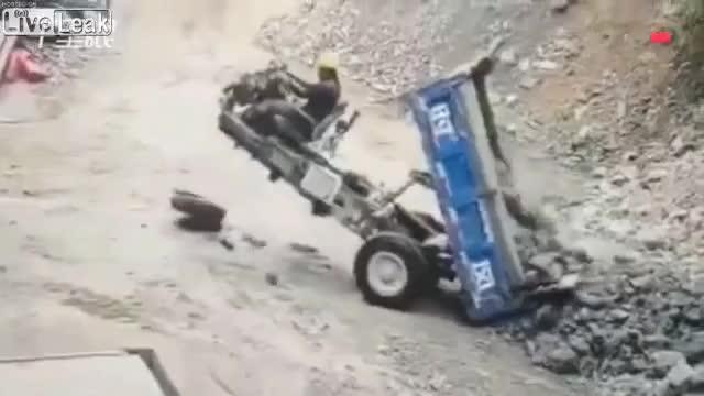 Xe ba gác rơi bánh trước khi đang đổ hàng