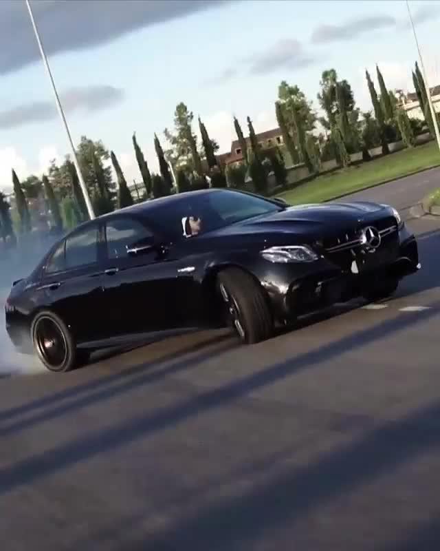 Tài xe Mercedes-AMG E 63 thể hiện khả năng drift cực đỉnh