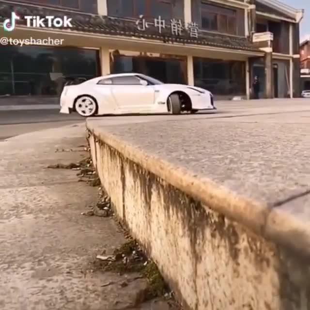 Pha drift xe đầy nghệ thuật nhưng kích thước xe mới gây chú ý