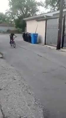 Cậu bé chạy xe đạp biểu diễn 'thân thủ phi phàm' với mục đích không tưởng