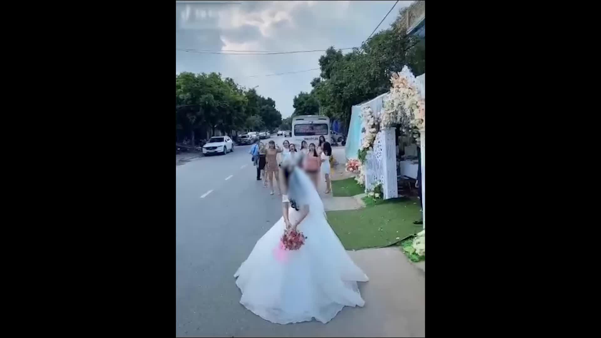 Bắt hoa cưới ngay giữa đường, cô gái thót tim vì suýt lao vào xe container