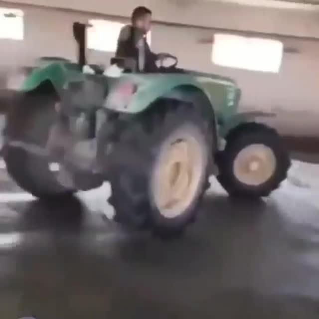 Dân chơi máy kéo drift khiến thiên hạ trầm trồ
