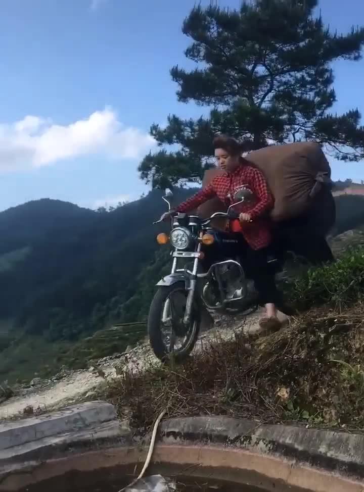 Xem xong video này, khối anh chạy xe máy phải nể trình chạy xe của các chị em vùng cao