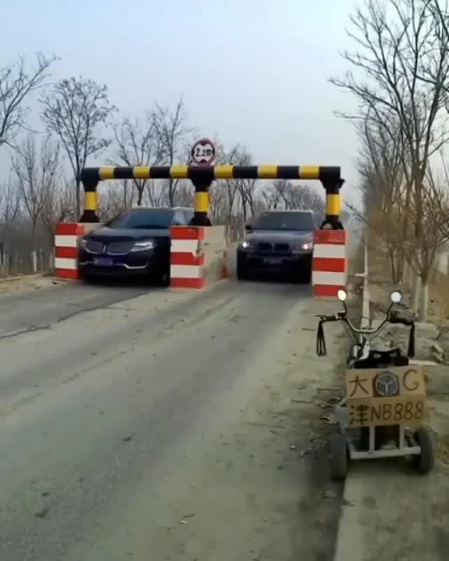 Trụ bê tông thách thức mọi tài xế