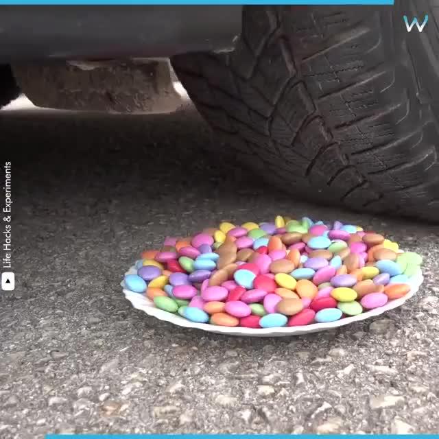 Đã tai đã mắt nhìn hàng loạt đồ vật bị phá huỷ dưới lốp xe hơi