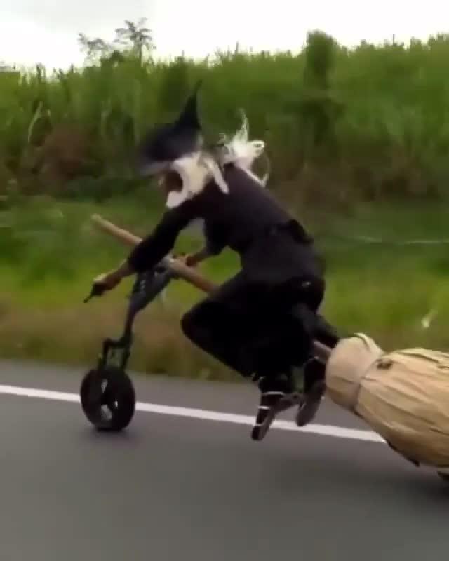 Bắt gặp mụ phù thuỷ cưỡi chổi thần chạy bon bon trên đường