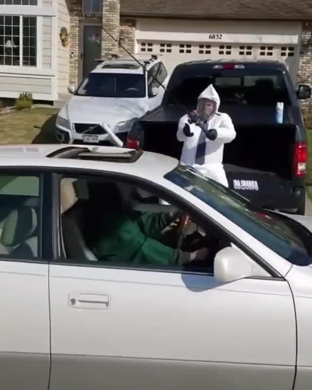 Tốt nghiệp thời Covid-19: Lái xe tới gặp thầy, nhận bằng qua cửa sổ trời
