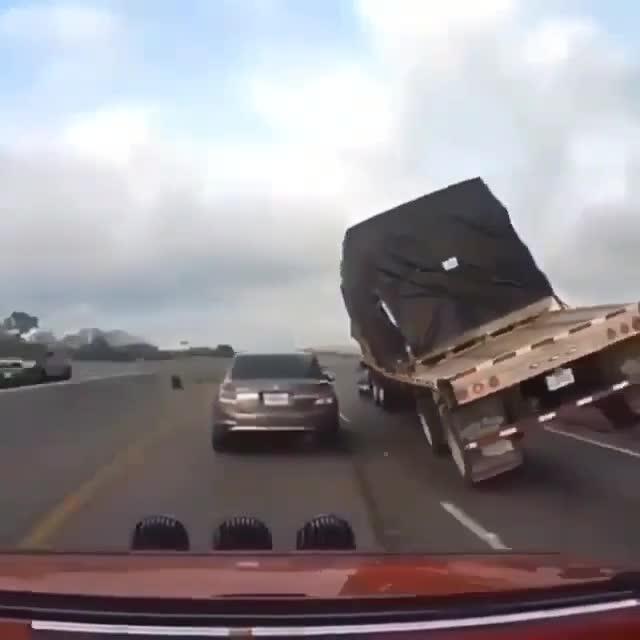 Chiếc xe tải bất chấp rủi ro vượt ẩu trên cao tốc