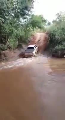 Hãi hùng cảnh Toyota Hilux vượt lũ vào bờ