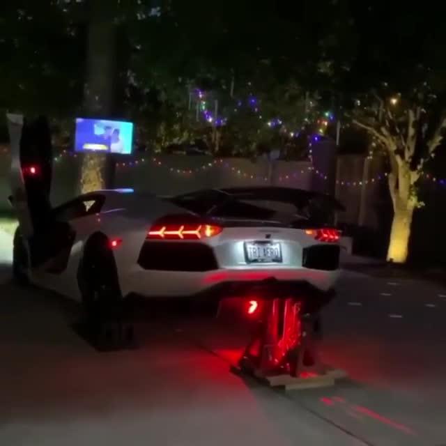 Chất chơi như đại gia: Dùng Lamborghini nẹt pô để đốt pháo hoa