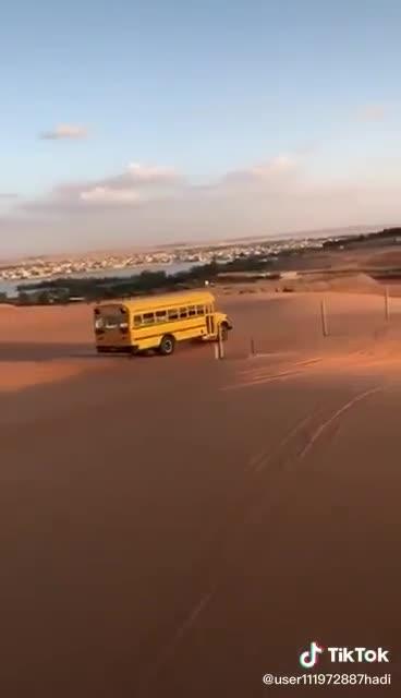 Dân chơi Dubai mang xe bus trường học vào nghịch cát sa mạc