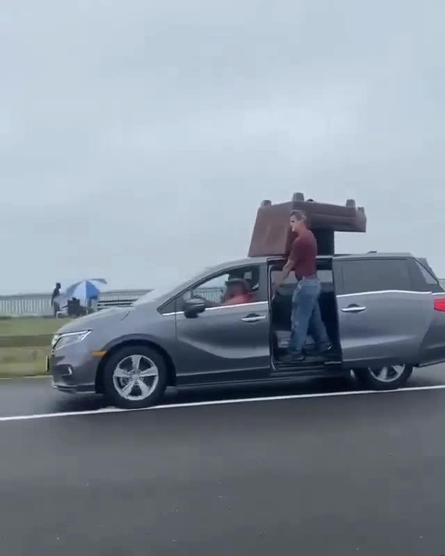 Người đàn ông vận chuyển đồ bằng xe hơi theo cách chẳng giống ai
