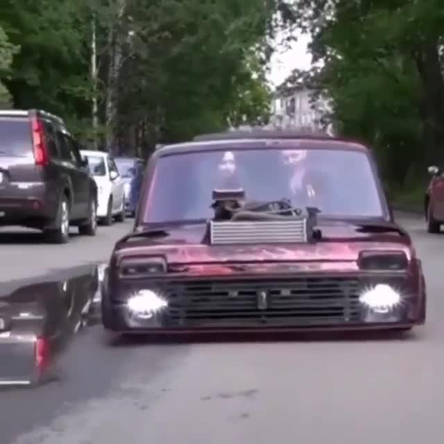 Góc chơi lớn: Nam thanh niên cưa đôi chiếc xe của mình để hạ gầm sát mặt đất