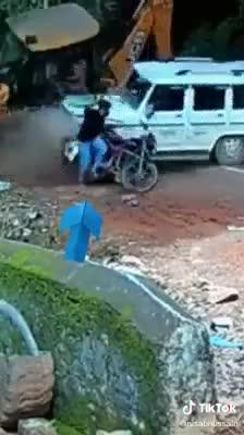 Chàng trai thoát chết trong gang tấc nhờ chiếc SUV 'lạ mặt'