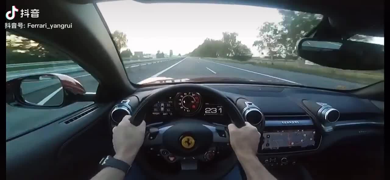 Đằng sau tay lái Ferrari dễ dàng bứt tốc qua 345 km/h