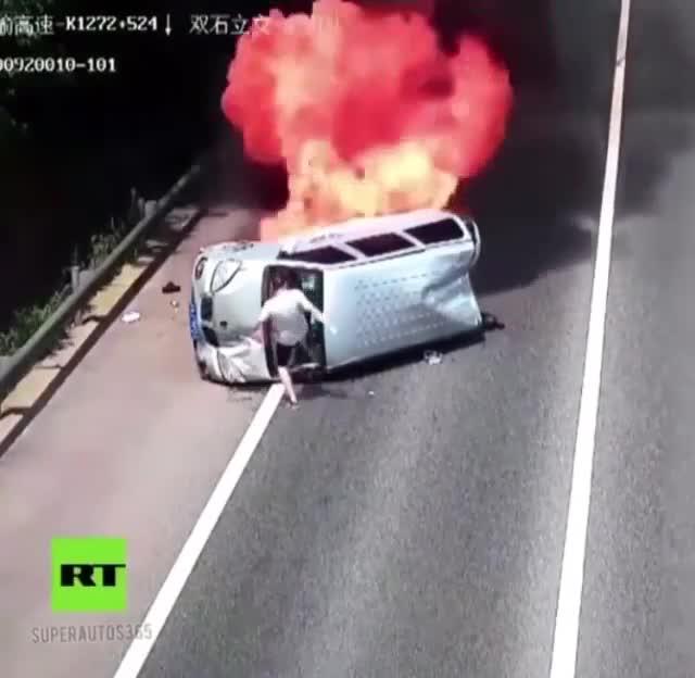Ô tô bốc cháy nghi ngút sau khi va chạm trên đường cao tốc