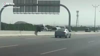 Xe tải tuột bánh, lốp xe 'đánh võng' qua hai bên đường khiến giao thông hỗn loạn