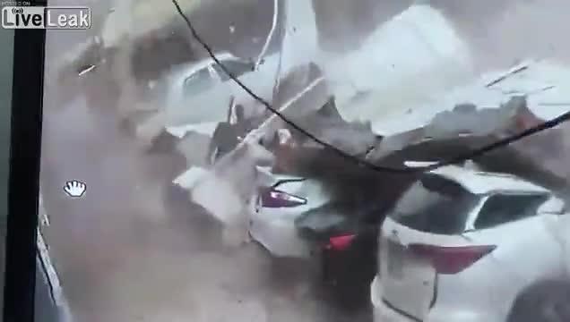 Bức tường bê tông đổ sụp phá nát 5 chiếc ô tô