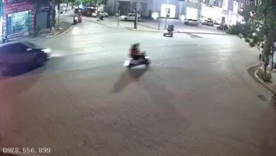 Pha xử lý cồng kềnh của nữ tài xế khiến dân mạng bật cười, quay đầu xe hết cả một ngã tư