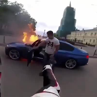 Pha xử lý bất ngờ của chủ nhân chiếc BMW khi xe bốc cháy