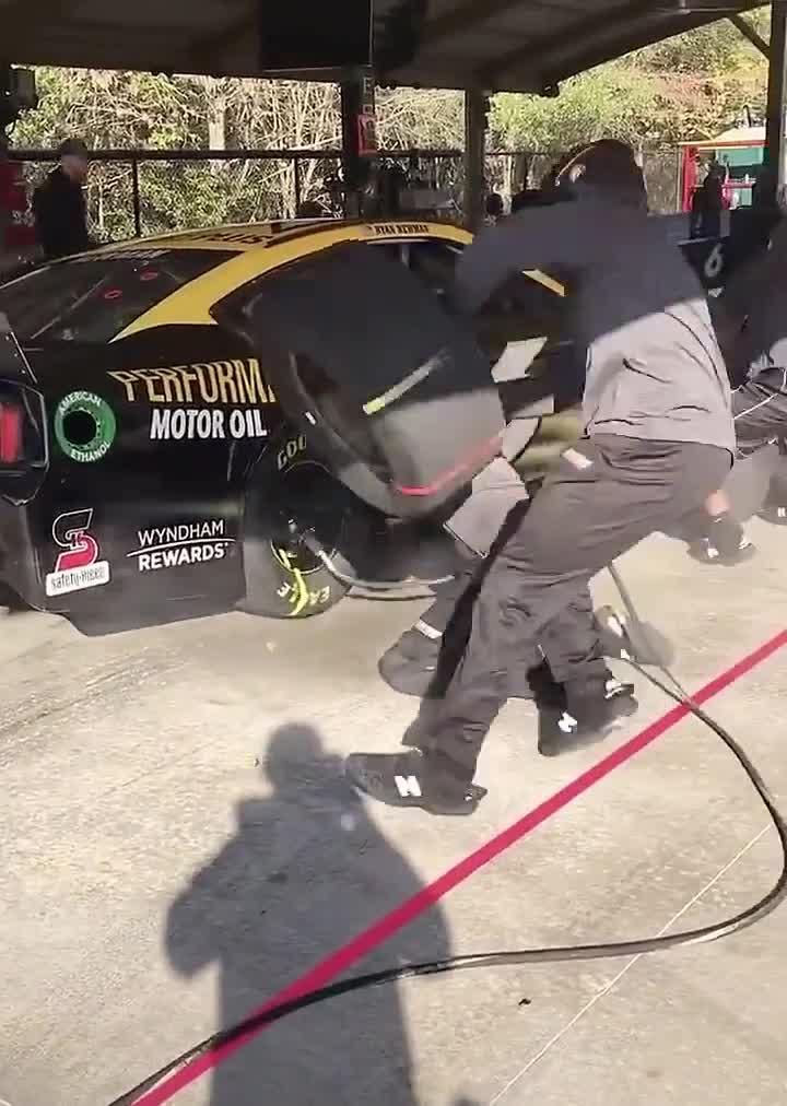 Bạn đã thấy tốc độ thay bánh xe nào nhanh thế này chưa?