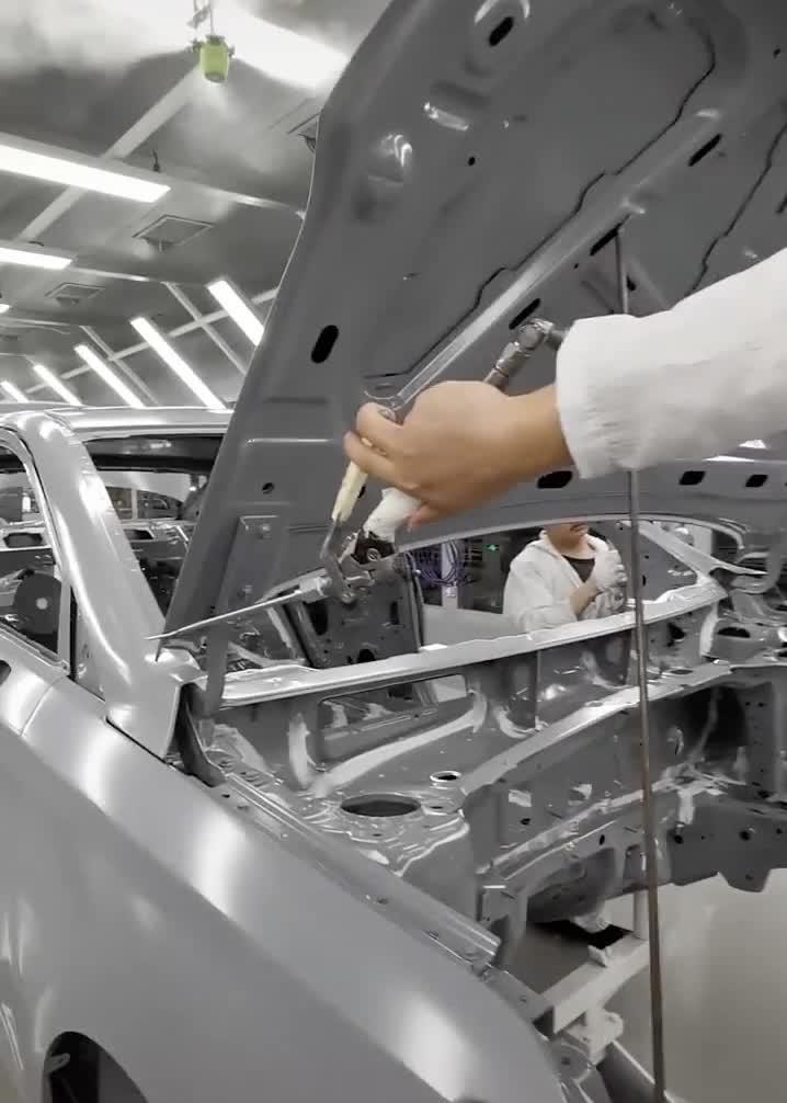 Tay nghề thợ lắp ô tô đã chính xác gần như máy