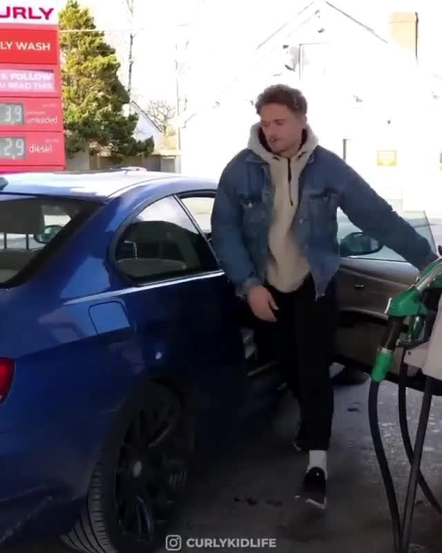 Phát hoảng với khoảnh khắc kinh hoàng khi nam thanh niên mở nắp bình xăng ra