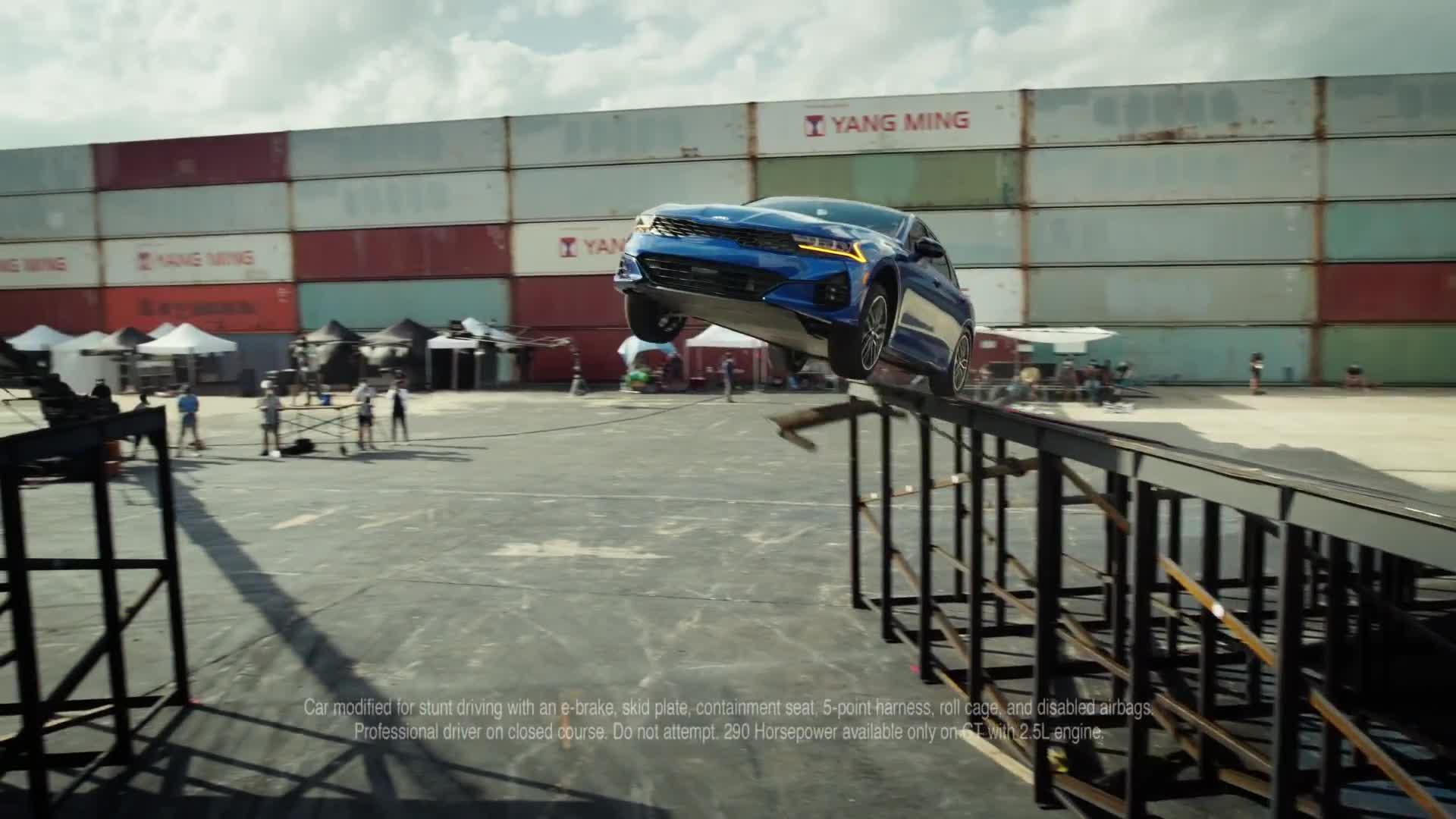 Xem màn biểu diễn 'bay' ngoạn mục của Kia K5 thế hệ mới